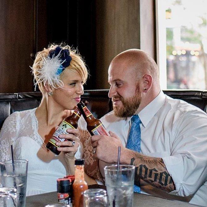 Svatba byla skromná a neformální.