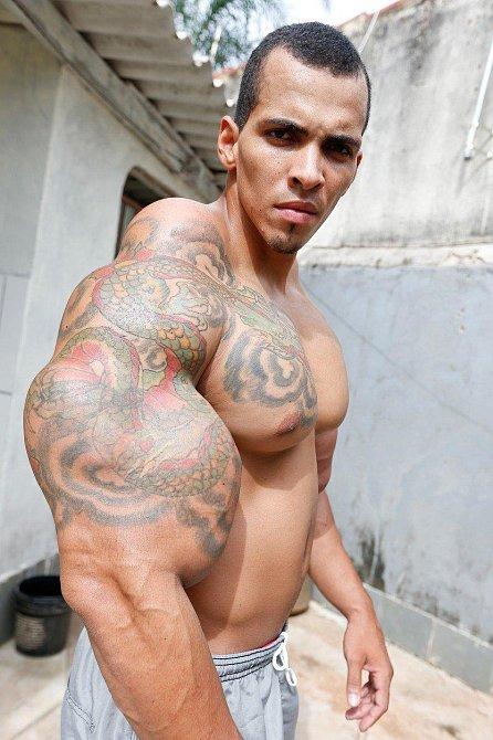 Romario Dos Santos Alves, 25 let, píchá si směs olejů a dalších látek do svalů.