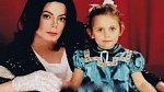Paris Jackson - Paris je dcerou zesnulého Michaela Jacksona. Tato krásná dívka neměla lehké dětství, neustále jí jsou v patách fotografové a ona se se stresem vyrovnávala po svém. Dospěla velmi brzy, její tělo už v 15 zdobilo tetován...