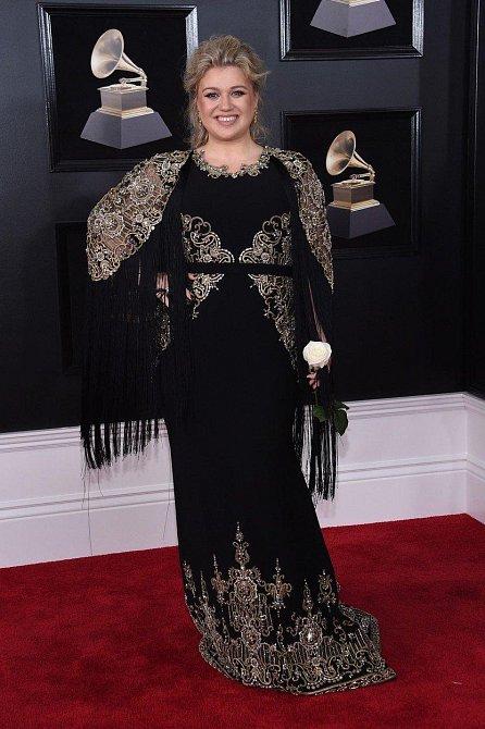 Kelly Clarkson vsadila na střapce a výšivku.