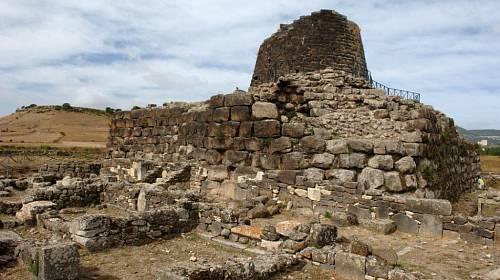 <p>Torza kruhových věžovitých kultovních staveb - tzv. nuragů z rozměrných víceméně pravidelně oprac