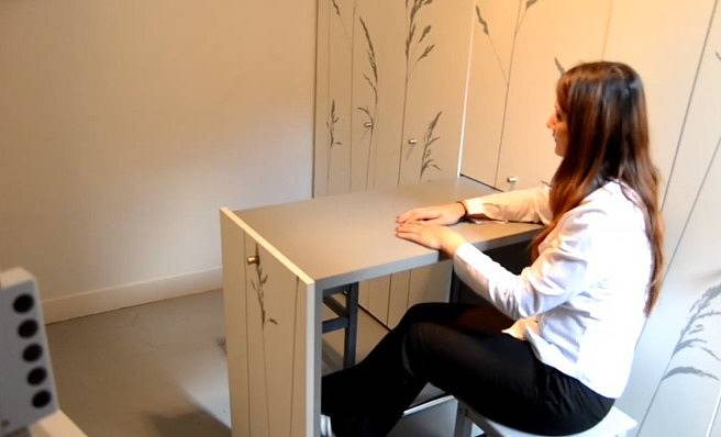 U výsuvného stolku mohou posedět dvě osoby.