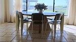 Stůl v jídelně je pro šest osob, aby se najeli i případní návštěvníci.