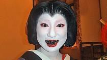Černění zubů bylo dříve běžné, dnes už se nedělá.
