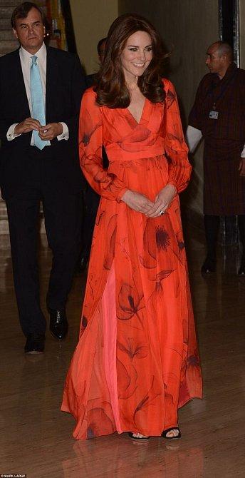 Při návštěvě Bhútánu udělaly dlouhé červené šaty Kate skvělou službu.