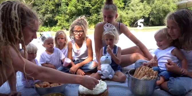 Piknik v přírodě je pro tuhle rodinku typický.