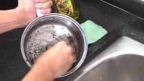A pomocí drátěnky dočistíme zbytky připáleniny.