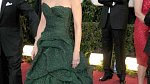 Slavná star Catherine Zeta Jones v doprovodu elegantního Michaela Douglase vsadila na slavnostní temně zelenou toaletu s odhalenými rameny, korzetem a bohatou sukní.