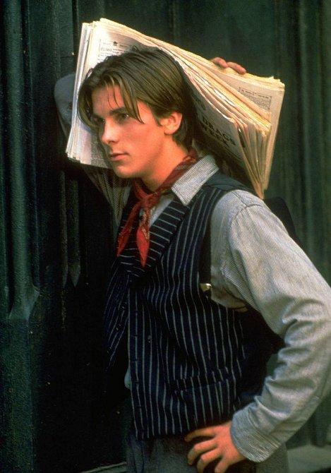 Mladý Christian Bale revoltoval coby Jack Kelly v muzikálu Newsies proti útlakům ze strany zaměstnavatele