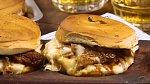 Sendvič 2 - Bulky s vepřovým ramínkem. Co budete potřebovat: vepřové ramínko, olivový olej, cibule, česnek, černé pivo, barbecue omáčka, hovězí vývar, máslové bulky, mozzarella a bylinkové máslo
