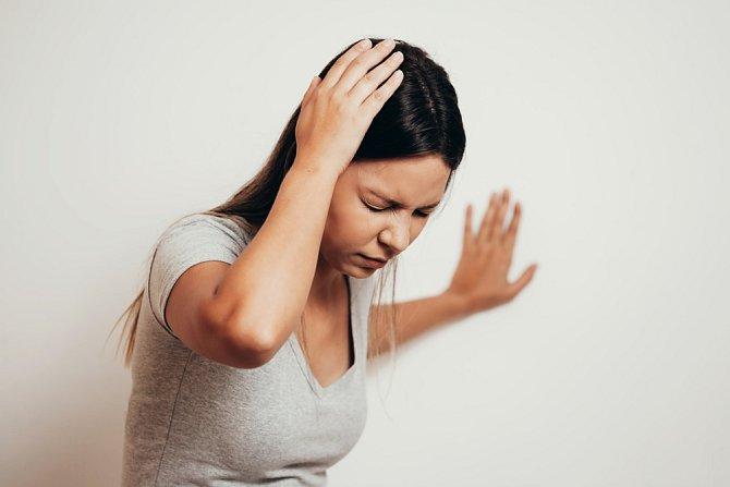 Palčivá bolest hlavy je jedním z hlavních projevů mrtvice. Nejde-li zvednout směrem nahoru nebo alespoň nad linii zbytku těla, je zle.