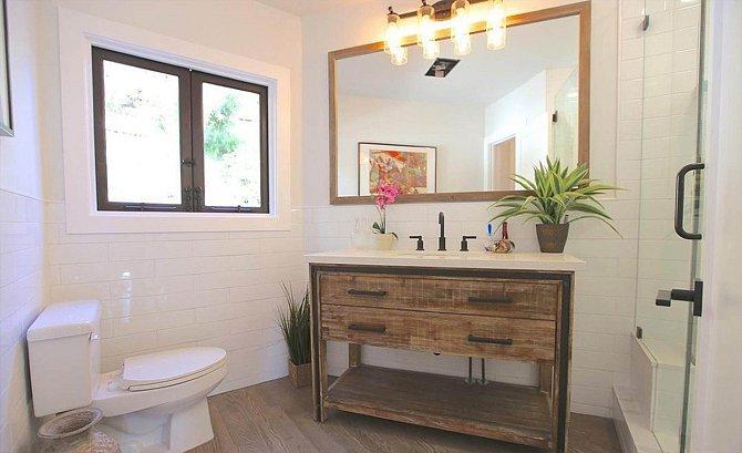 Druhá koupelna se od té první skoro neliší. Být věrný jednomu stylu se vyplácí.