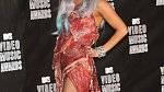 V roce 2010 dorazila na udílen cen MTV v šatech ze sušeného masa.