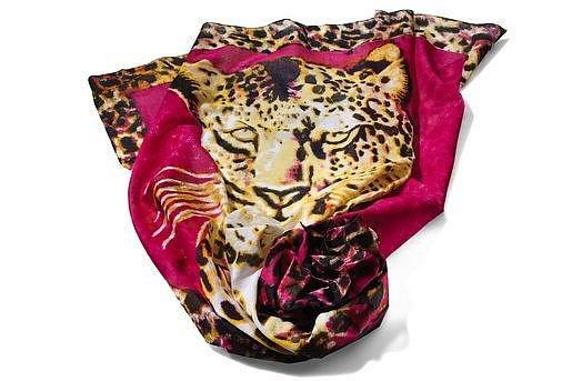 Divokost a nebojácnost tygra vám propůjčí tento šátek. (New Yorker, 179 Kč)