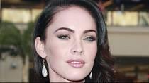2. Megan Fox - Tahle kráska se narodila s vadou, které se říká brachydactylie.