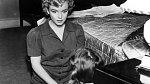 14. Marilyn zoufale chtěla být matkou. Snila o mateřství především poté, co si vzala Arthura Millera. Bohužel její pokusy vedly jen k mimoděložnímu těhotenství a potratům.