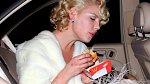 """Katherine Heigl se zastavila na """"hambáč"""" v kostýmu Marilyn Monroe a moc si to užívala."""