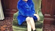 Cardi-B a její zářivě modrý kožíšek.