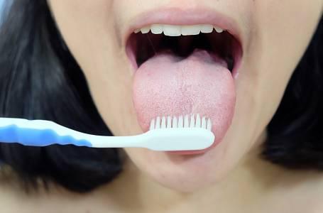 Používat kartáček na čištění jazyka není ideální, štětiny jazyk rozdráždí a vytvoří skuliny pro snazší množení bakterií