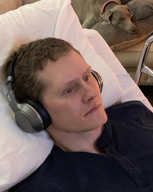 Hudba Jonnymu pomáhá udržet si vnitřní klid.
