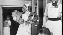 Zkouška plynových masek pro miminka v Anglii, 1940