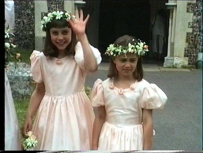 Devítiletá Kate Middleton s mladší sestrou Pippou na svatbě strýčka Garyho Goldsmithe s Marandou Foote v roce 1991.