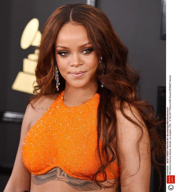 Účesy celebrit na udílení cen Grammy 2017 - Rihanna