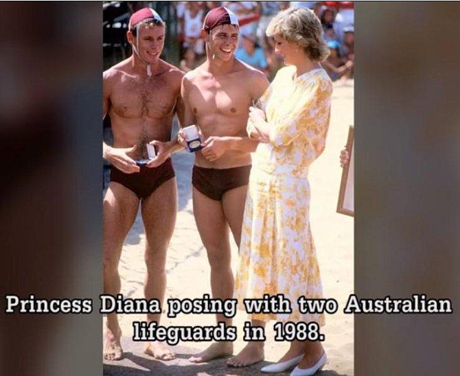 Princezna Diana pózuje se dvěma oceněnými australskými záchranáři v roce 1988.