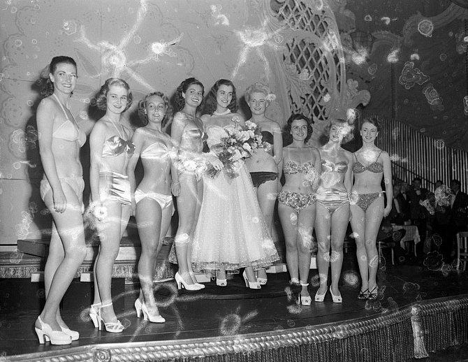 Dívka uprostřed je Kerstin Hakansson (pro přátele Kicki), která vyhrála titul nejkrásnější dívka Švědska. Na fotografii je zachycena oslava jejích 22. narozenin.