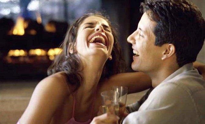 Proč by se mělo chlapům líbit funění a chrochtání při smíchu? Přece proto, že tak se skutečně smějete a nic nepředstíráte. Nejde tedy o žádnou hru, kterou s ním hrajete, aby si myslel, že je vtipný.