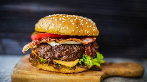 Dobrý hamburger si můžete vykouzlit i sami doma