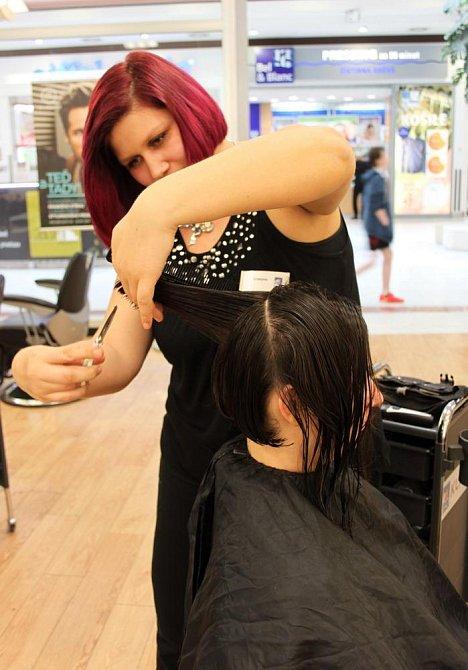 Úvodní střih vlasů