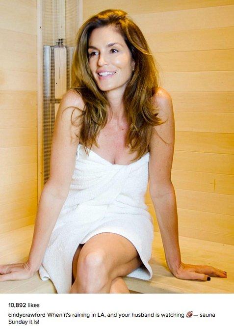 Cindy Crawford v současnosti - na snímku ze soukromé sauny, i nenalíčené jí to moc sluší