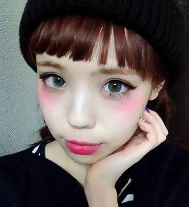 Tvářenku si Japonky nedávají na tváře, ale dle žhavého trendu přímo pod oči.