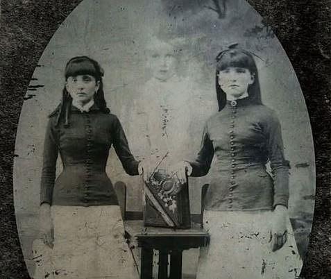 Toto není vada snímku, duch mrtvé holčičky byl dodán fotografem. Strašidelné fotky byly v té době hitem.