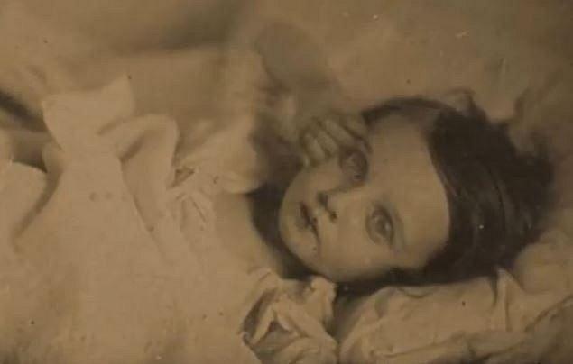 Tady je něco zvláštního s očima mrtvé holčičky.