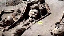 Pohřbívání - Řekové měli prazvláštní zvyk. Pokud tělo nezpopelnily, ale pohřbili do země, po pěti letech ostatky vykopaly, kosti omyli ve víně a znovu pohřbili. Šlo o očistu související s nekrofílií, nebo-li pohlavním stykem s m...