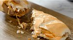 Sendvič 3 - Bageta se zkaramelizovanou cibulí a šunkou. Co budete potřebovat: bageta, olivový olej, cibule, oranžová paprika, šunka, paprika, sůl, petrželka a tvrdý sýr