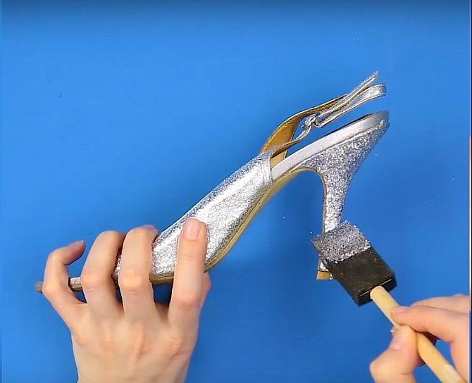 Smíchat a natřít na podpatek po celé délce. Oprýskaná místa zmizí a vaše boty budou mít punc novoty.