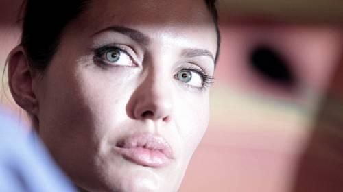 Horký kafe ze světa celebrit - Angelina Jolie a její boj o prsa