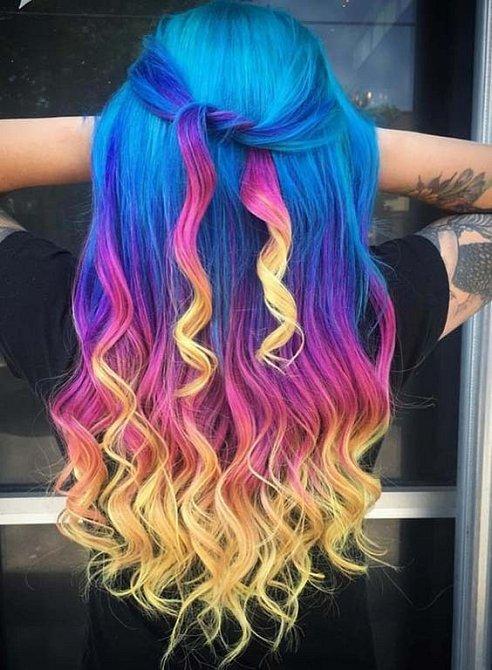 Barvy vlasům škodí. Na čas se s nimi rozlučte.