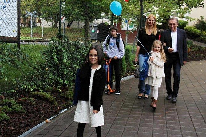 Charlotta Ella Gottová (v popředí), dcera Karla Gotta a Ivany Gottové