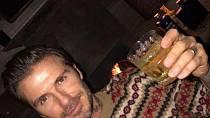 David Beckham žije poklidný život milionáře, kteří se svým bohatstvím okázale nechlubí. Největším vánočním darem, tak pro rodinu je, když se v pořádku celá sejde u vánočního stromku.