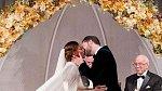 A samozřejmě nesmělo chybět první políbení novomanželů.