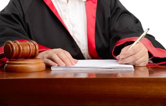 Pokud se ale s partnerem nedohodnete, půjde o tzv. sporný rozvod, o jehož podmínkách rozhodne soud. Připravte se na průtahy, praní špinavého prádla a možnost bolestných ztrát.