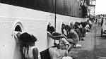 2. Američtí vojáci při posledních polibcích se svými dívkami před odplutím do Egypta, 1963