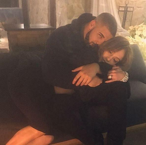 Jennifer Lopez doslova před pár hodinami zveřejnila na Instagramu tuto fotografii, na které je v objetí s Drakem. Přiznala tak světu, že jsou pár. Nový rok tak pravděpodobně oslaví spolu.