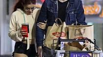 Ariel na nákupech se svým přítelem.