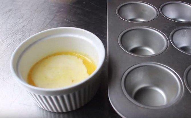Rozpuštěným máslem vymažte každou formičku.