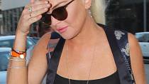 Lindsay Lohan - Herečka šla v tomto přiléhavém tričku na jídlo s přáteli do čínské restaurace Mr Chow v Hollywoodu.
